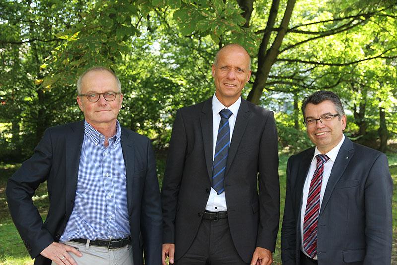 """Ralf Niggemann, Prof. Dr. Markus Degünther und THM-Präsident arbeiten gemeinsam am Projekt """"Optikzentrum""""."""